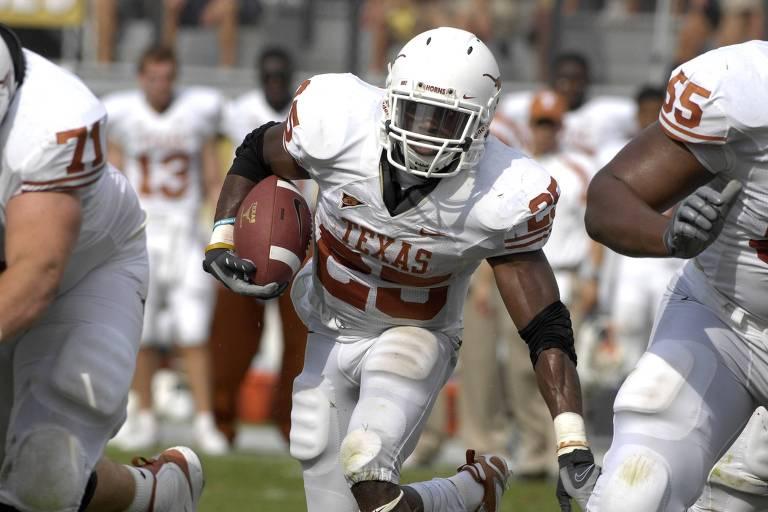 O running back Jamaal Charles (com a bola), do Texas Longhorns, equipe de futebol americano da University of Texas