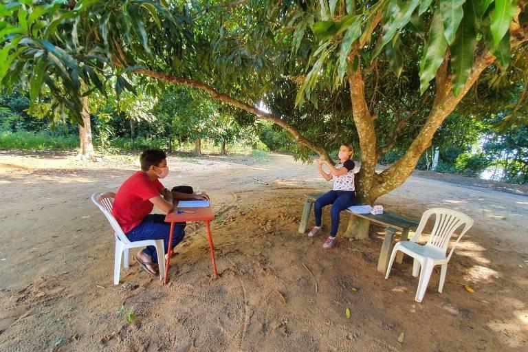 Professora percorre 80 km até sítio para dar aula a deficiente auditivo no Espírito Santo