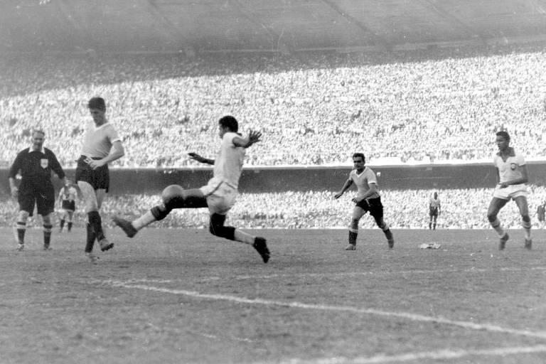 Schiaffino recebe o cruzamento de Ghiggia e chuta forte para empatar o jogo no Maracanã