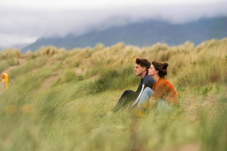 Paul Mescal e Daisy Edgar-Jones em cena da série 'Normal People'