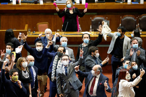 Chile's opposition celebrates the vote during a congressional session to reject a constitutional reform on pensions proposed by opposition lawmakers, amid the spread of the coronavirus disease (COVID-19), in Valparaiso, Chile July 15, 2020. REUTERS/Rodrigo Garrido ORG XMIT: GDN