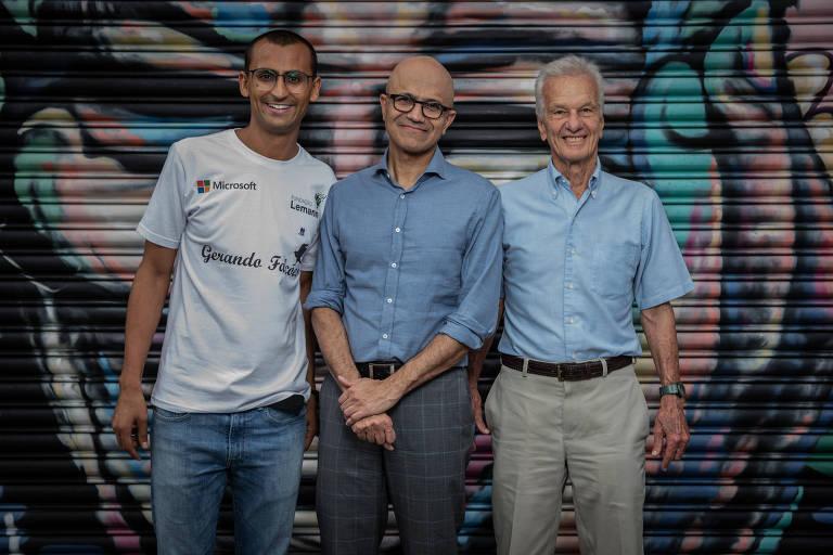 Eduardo Lyra (à esquerda, de camiseta branca) é o fundador da Gerando Falcões; ao seu lado, estão o presidente da Microsoft, Satya Nadella (camisa azul e óculos) e o fundador do 3G Capital e da Fundação Estudar, Jorge Paulo Lemann (camisa azul)
