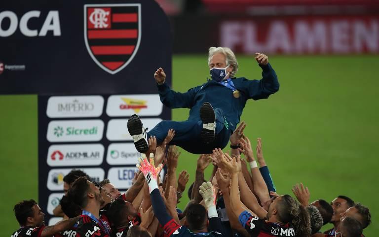 Atletas do Flamengo jogam o técnico português Jorge Jesus para o alto durante comemoração do título do Estadual do Rio sobre o Fluminense, no Maracanã
