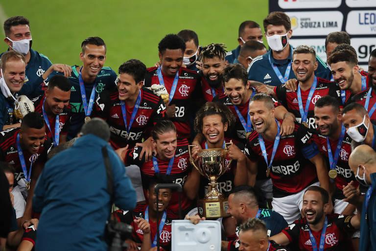 Jogadores do Flamengo com a taça de campeão do Estadual do Rio