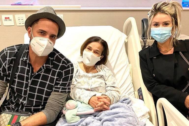 Latino e a noiva Rafaella Ribeiro visitaram a atriz Claudia Rodrigues no Hospital Albert Einstein,em São Paulo.