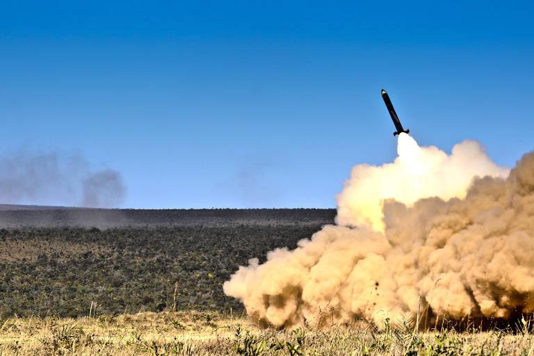 Teste do sistema de mísseis terra-terra Astros-2020, um dos programa estratégicos do Exército
