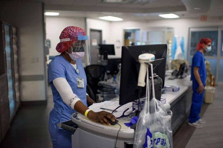 Médica checa informações de paciente em UTI no centro médico Oakbend, em Richmond, no Texas