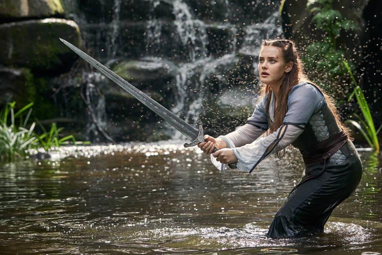 Confira cenas da série 'Cursed - A Lenda do Lago'