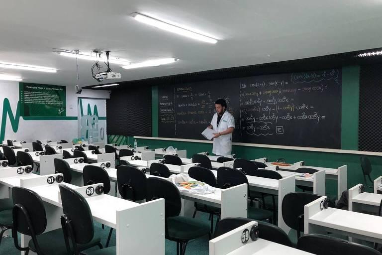 Professor Nando Nizoli dá aula virtual de matemática para o cursinho Hexag