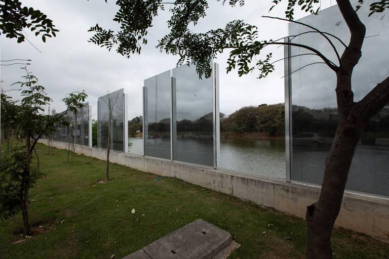Muro de vidro na raia olímpica da USP continua abandonado