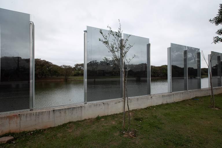 Vidro quebrada em muro que separa a raia olímpica da USP e a marginal Pinheiros
