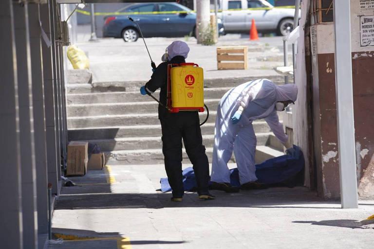Equipe desinfeta local, em Quito, no Equador, onde foi encontrado um cadáver