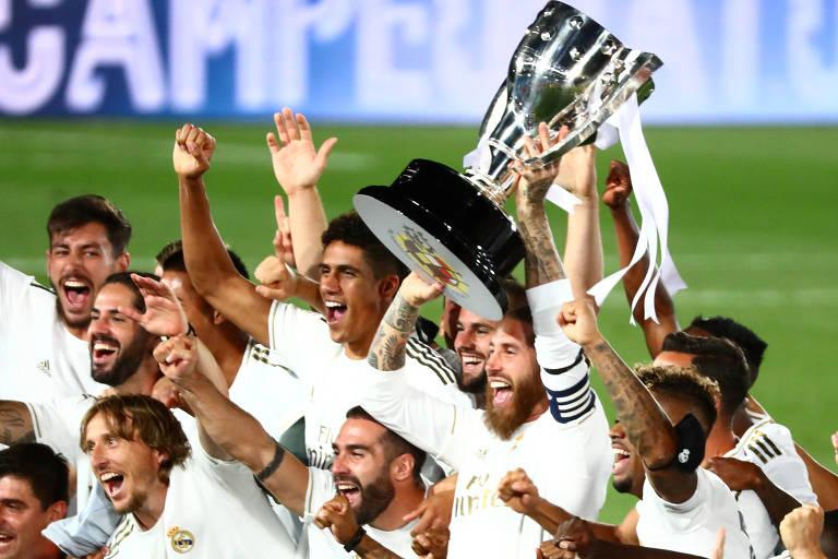 Jogadores comemoram com o troféu de campeão espanhol após vitória sobre o Villarreal na 37ª rodada