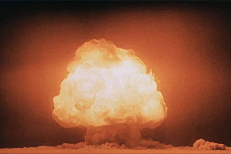Foto mostra cogumelo da explosão da primeira bomba atômica do mundo, ocorrido em 1945 nos Estados Unidos