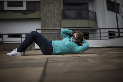 SAO PAULO -  SP - 14.07.2020 - Doriana Pires Barbosa dos Santos, 62, teve abandonar seus treinos de basquete e aulas de pilates, e tenta agora manter alguns exercícios físicos moderados em casa.   (Foto Danilo Verpa/Folhapress, COTIDIANO)