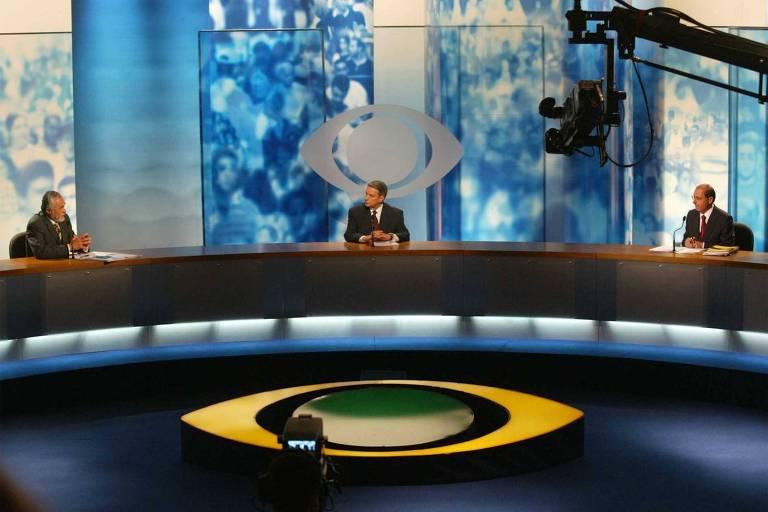 O jornalista José Paulo Andrade mediando o debate na TV Bandeirantes com os candidatos ao Governo do Estado de São Paulo de 2002, entre Geraldo Alckmin (PSDB) e José Genoino (PT)