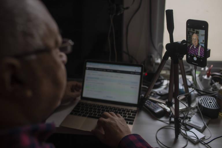 O pastor Ariovaldo Ramos, da Comunidade Cristã Renovada, está conduzindo os cultos de casa, pela internet