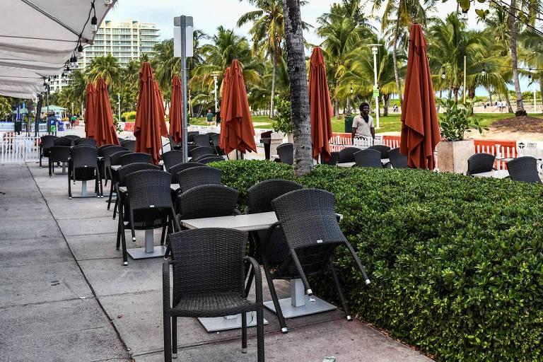 Restaurante fechado em Miami Beach, na Flórida, em meio à pandemia de coronavírus