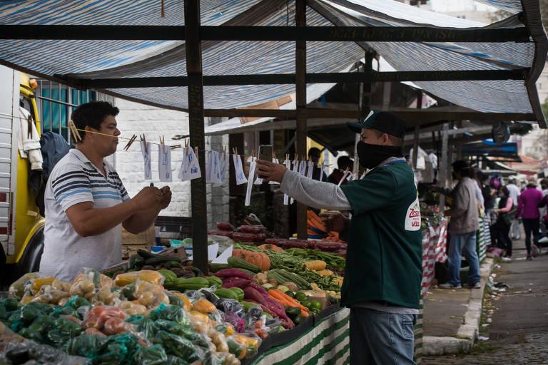 Comerciantes ignoram o uso da máscara em feiras livres de SP