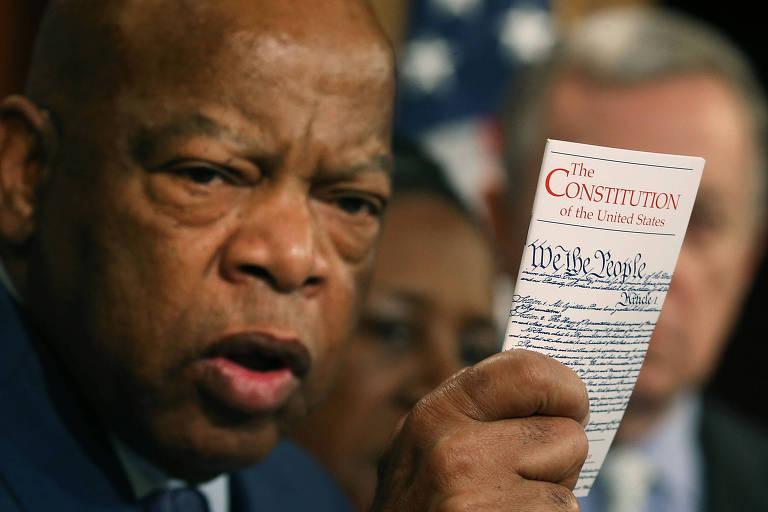 John Lewis segura cópia da Constituição dos EUA durante entrevista coletiva em Washington