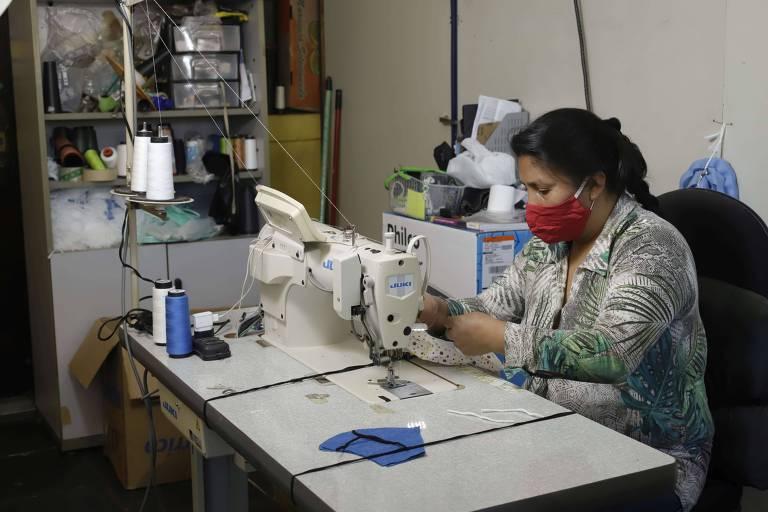 Costureira faz máscara em projeto de empreendedorismo com trabalho digno do Cemir (Centro da Mulher Imigrante e Refugiada)