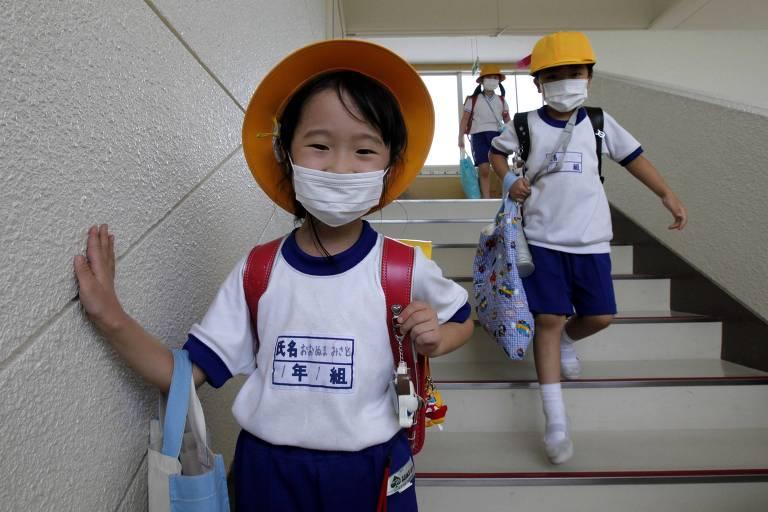 Crianças usam máscaras em escola perto de área isolada em Minamisama (Japão)
