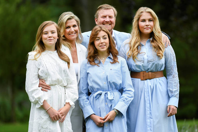 Rei holandês Willem-Alexander e família possam para foto