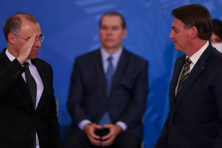 O ministro da Justiça, André Mendonça, cumprimenta Jair Bolsonaro em cerimônia de posse, em abril; o presidente do STF, Dias Tofoli, assiste ao fundo