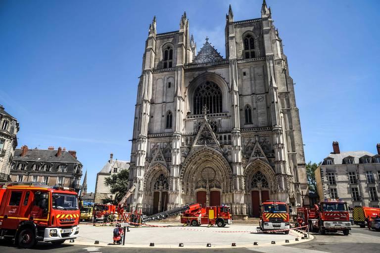 Bombeiros em frente à Catedral de São Pedro e São Paulo, em Nantes, na França, atingida por um incêndio investigado como criminoso