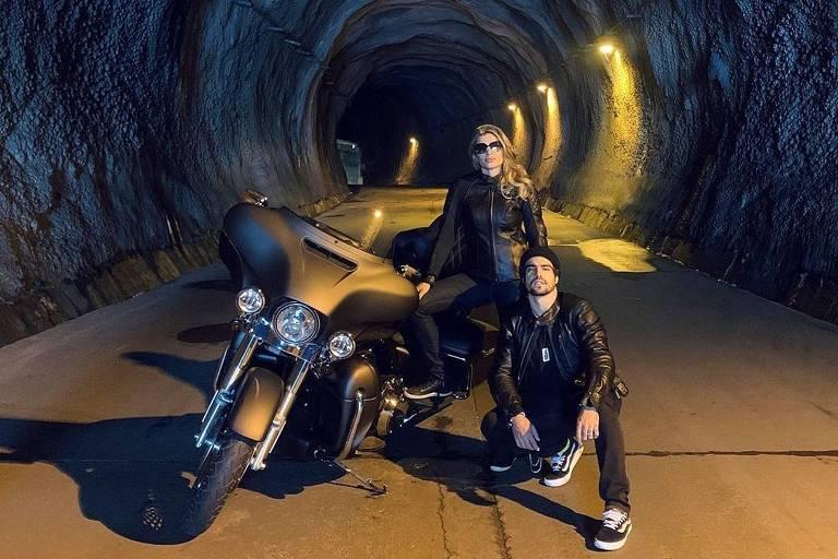 Grazi Massafera e Caio Castro em passeio de moto