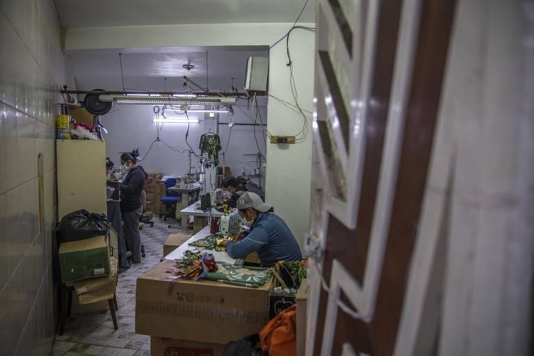 Bolivianos fazem máscaras descartáveis em oficina familiar em Carapicuíba, na grande São Paulo