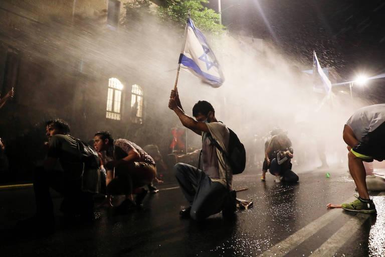 Polícia usa jato d'água para dispersar manifestantes em Jerusalém