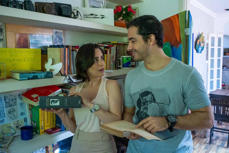 homem e mulher discutem em casa