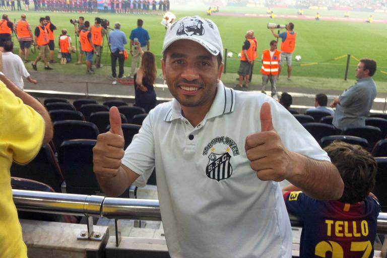 Valdir de Moura Júnior, 46, conhecido como Júnior Curitiba, torcedor apaixonado do Santos, no Camp Nou, estádio do Barcelona na Espanha