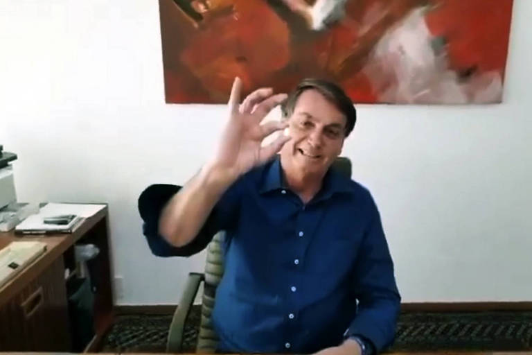 O presidente Jair Bolsonaro mostra pílula de hidroxicloroquina