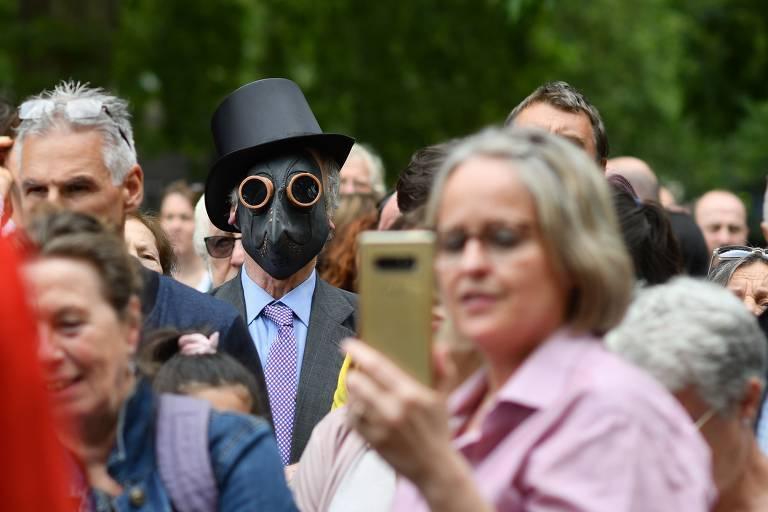 Manifestantes protestam contra obrigatoriedade do uso de máscaras no Reino Unido