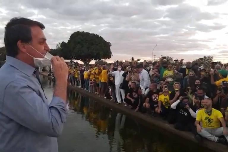 O presidente Jair Bolsonaro, que está com Covid-19, fala com apoiadores diante do Palácio da Alvorada
