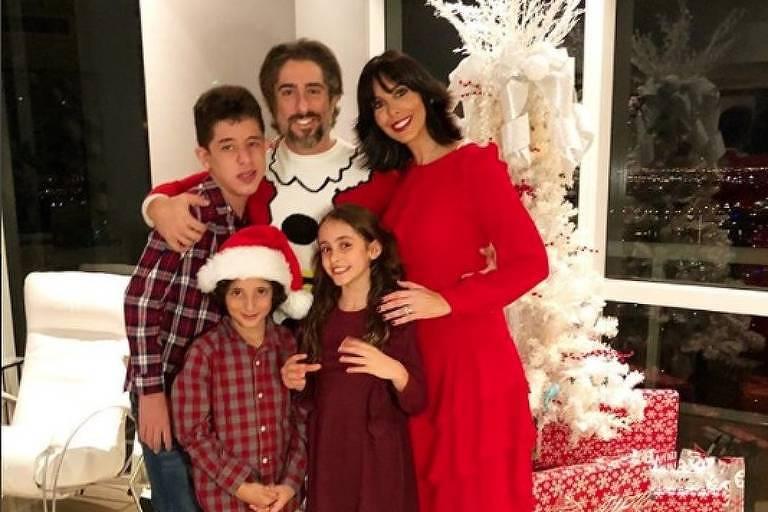 Marcos Mion posa ao lado dos três filhos e mulher e deseja feliz natal aos seguidores