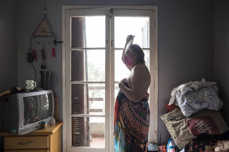 'Maria passa na frente', pedia modelo de nu, de 79 anos, internada com Covid-19