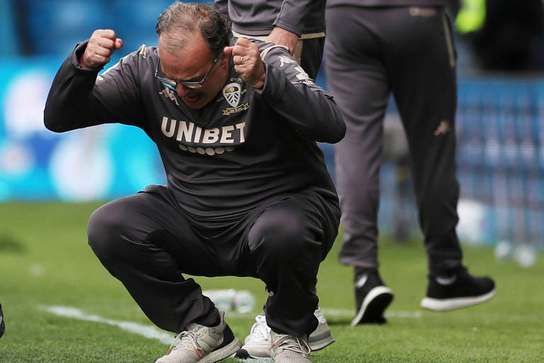 Marcelo Bielsa celebra vitória que deixou o Leeds perto do acesso à Premier League