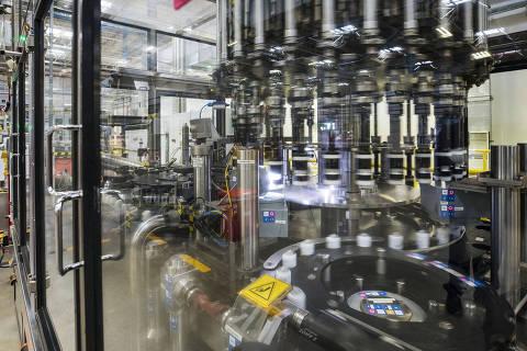 Aguai, SP, Brasil, 02-08-2018:  Especial industria 4.0:  Automatizacao. Na  fabrica da Unilever ( na cidade de Aguai , no interior de SP) maquinas operam no setor de desodorantes em aerosol com poucos operarios/funcionarios (Foto: Eduardo Knapp/Folhapress, MERCADO).