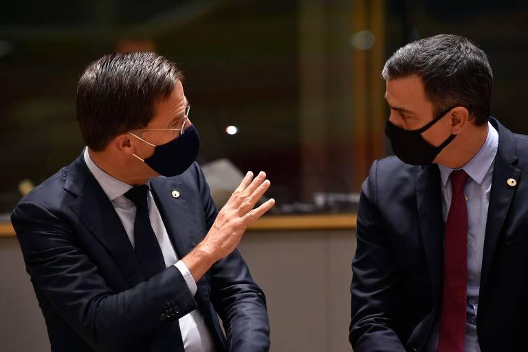 O premiê holandês, Mark Rutte, conversa com o espanhol Pedro Sánchez, em reunião em Bruxelas