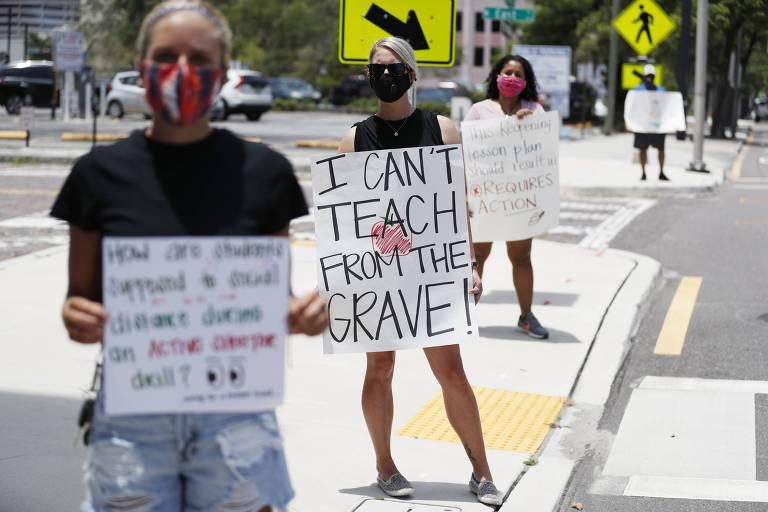 Professora de escola secundária protesta em Tampa, na Flórida, com cartaz com a frase 'não posso lecionar de um túmulo'
