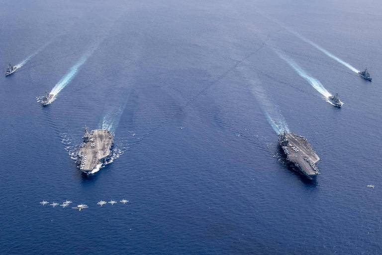 Os porta-aviões Nimitz (dir.) e Ronald Reagan, com escoltas, no mar do Sul da China, há duas semanas