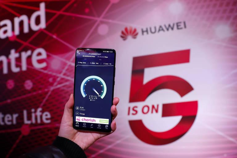 Usuário faz teste de velocidade em rede 5G da Huawei em um centro da empresa em Londres