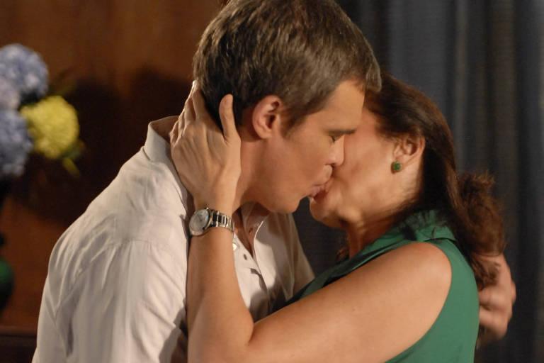 "René (Dalton Vigh) beija Griselda (Lilia Cabral) em ""Fina Estampa"""
