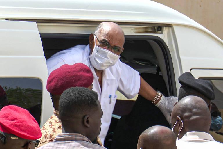 O ex-ditador do Sudão Omar al-Bashir chega ao tribunal para acompanhar julgamento