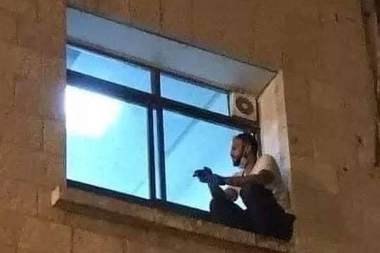 Palestino escala parede de hospital para visitar mãe com coronavírus