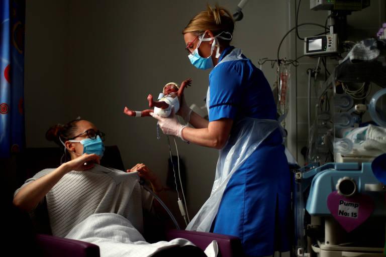 Enfermeira ajuda mãe a pegar bebê prematuro em hospital em East Lancashire, na Inglaterra