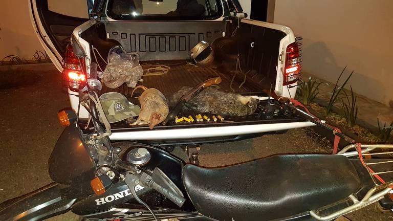Caminhonete da Polícia Ambiental com materiais de caça apreendidos, além de dois animais mortos